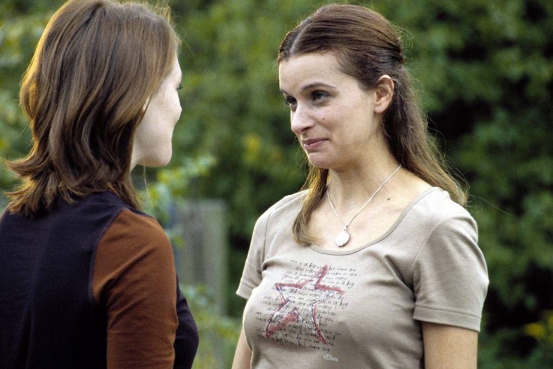 Johanna (Lavinia Wilson, l.) begrüßt ihre beste Freundin Jasmin (Annabelle Lachatte, r.). - Bildquelle: Sat.1
