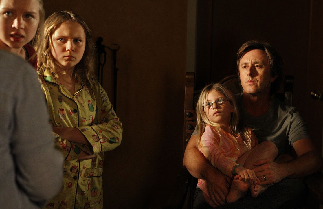 Was soll das Polizeiaufgebot vor dem Haus ihrer Nachbarn mitten in der Nacht? Ariel (Sofia Vassilieva, l.), Bridgette (Maria Lark, 2.v.l.), Marie (M... - Bildquelle: 2010 CBS Broadcasting Inc.