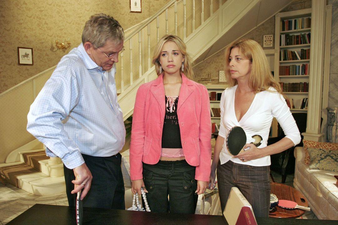 Ihren Eltern (Wilhelm Manske, l. und Olivia Pascal, r.) zuliebe versucht Kim (Lara-Isabelle Rentinck, M.) ihren Liebeskummer zu verbergen. - Bildquelle: Noreen Flynn SAT.1 / Noreen Flynn