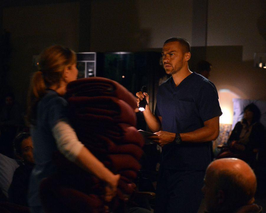 Ein Stromausfall erschwert den Ärzten die Arbeit im Krankenhaus. Jackson (Jesse Williams, r.) gerät in Lebensgefahr, während Arizona (Jessica Cap... - Bildquelle: ABC Studios