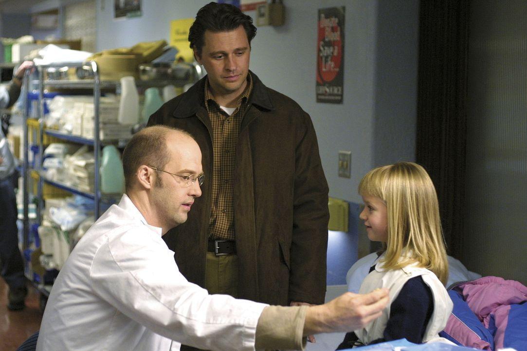 In der Notaufnahme kümmert sich Dr. Greene (Anthony Edwards, l.) liebevoll um ein kleines Mädchen und ihren besorgten Vater. - Bildquelle: TM+  WARNER BROS.