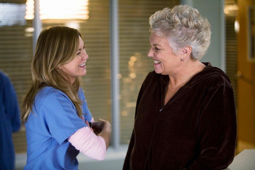 Treffen zum erstenmal aufeinander: Meredith (Ellen Pompeo, l.) und Dereks Mutter Carolyn (Tyne Daly, r.) ... - Bildquelle: Touchstone Television