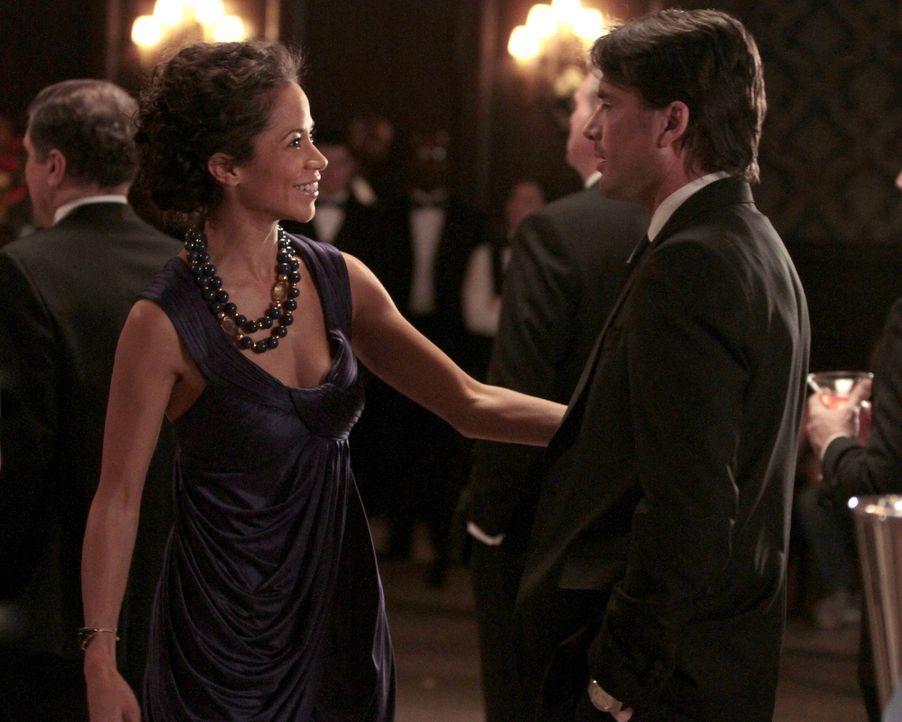 Holland (Sherri Saum, l.) wird sich später noch für ihre Abfuhr an Rufus (Matthew Settle, r.) rächen ... - Bildquelle: Warner Bros. Television