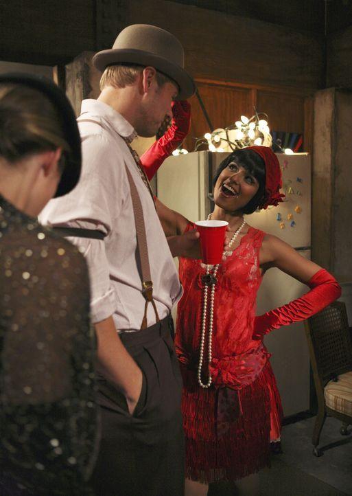 Noch ahnen The Beaver (Aaron Hill, M.) und Rebecca (Dilshad Vadsaria, r.) nicht, das Dekan Bowman im Anmarsch ist, um die Party zu beenden ... - Bildquelle: ABC Family