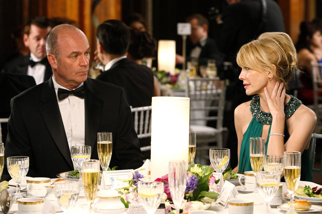 Rushs Abteilung hat eigentlich einen freien Abend, ist aber zur Hochzeit des Kriminaltechnikers Louie eingeladen. Doch Lt. John Stillman (John Finn,... - Bildquelle: Warner Bros. Television