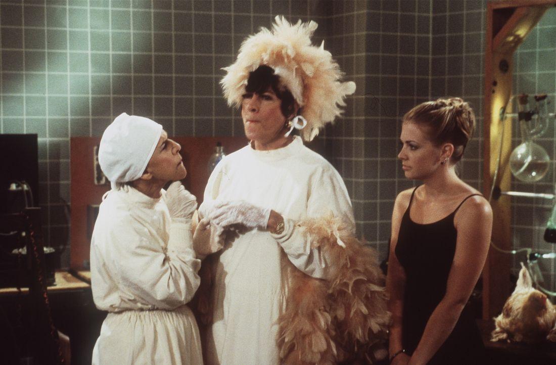 Auf der Suche nach ihrer Tante ist Sabrina (Melissa Joan Hart, r.) auf einer seltsamen Halloween-Party im anderen Reich gelandet. - Bildquelle: Paramount Pictures