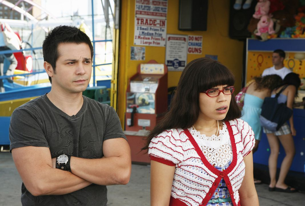 Betty (America Ferrera, r.) will sich bei Gio (Freddy Rodriguez, l.) entschuldigen, doch dieser nimmt keine Entschuldigungen mehr an ... - Bildquelle: 2008   ABC Studios