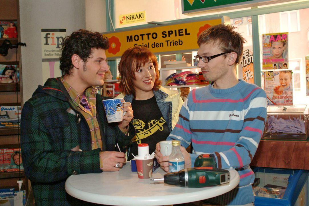 Yvonne (Bärbel Schleker, M.) lauscht belustigt Rokkos (Manuel Cortez, l.) und Jürgens (Oliver Bokern, r.) Schwärmerei. - Bildquelle: Monika Schürle SAT.1 / Monika Schürle