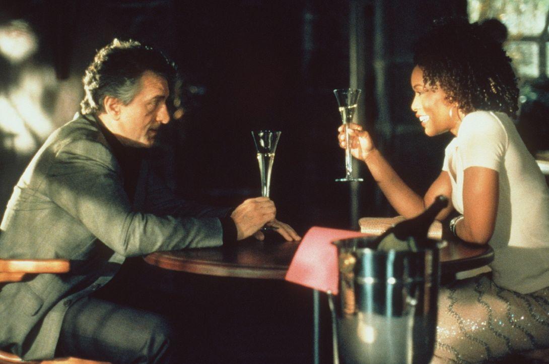 Weil seine Freundin Diane (Angela Bassett, r.) einer Heirat nur nach Berufswechsel zustimmt, will der dreiste Juwelendieb Nick (Robert De Niro, l.)... - Bildquelle: Paramount Pictures