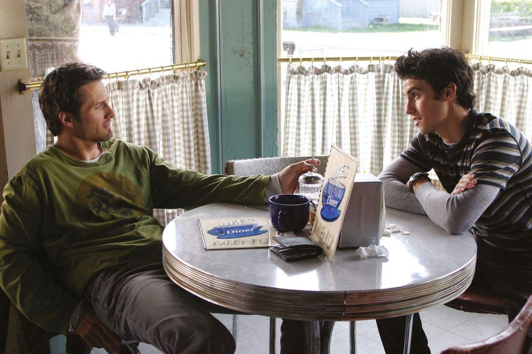 Jimmy (Rob Estes, l.) taucht plötzlich in Stars Hollow auf und möchte seinen Sohn Jess (Milo Ventimiglia, r.) sehen. Unterdessen hoffen Lorelai und... - Bildquelle: 2002 Warner Bros.