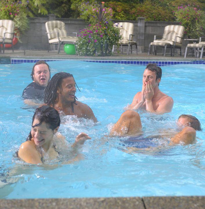 Abby (Elaine Cassidy, vorne links) lässt es sich nicht nehmen, Henrys Trauzeugen Malcolm (Chris Gauthier, hinten links), Danny (Brandon Jay McLaren... - Bildquelle: 2009 CBS Studios Inc. All Rights Reserved.