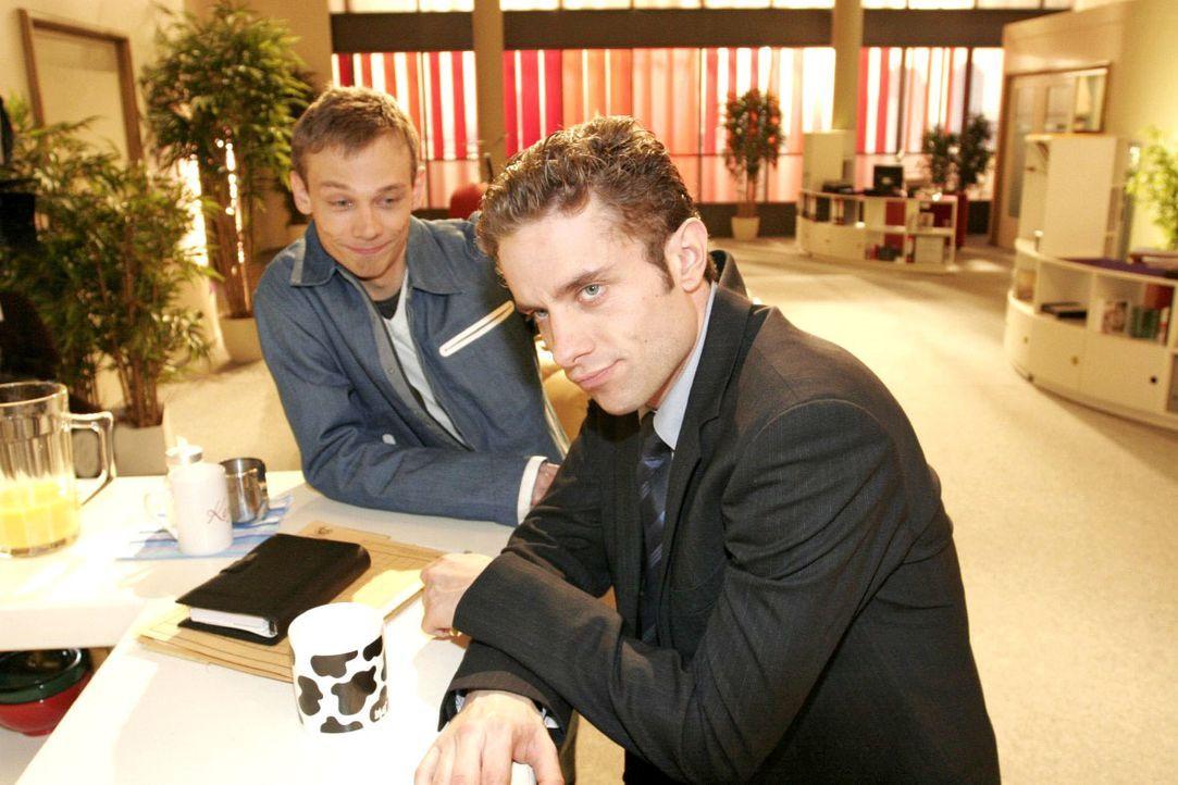 Max (Alexander Sternberg, r.) erzählt Jürgen (Oliver Bokern, l.) von seinem Missgeschick und seinem entgangenen Geldgewinn. - Bildquelle: Noreen Flynn SAT.1 / Noreen Flynn