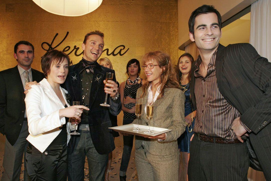Hugo ist gerührt, als seine Kollegen ihn mit einer Party anlässlich seiner Hochzeit mit Britta überraschen. v.l.n.r.: Britta (Susanne Berckhemer), H... - Bildquelle: Noreen Flynn SAT.1 / Noreen Flynn