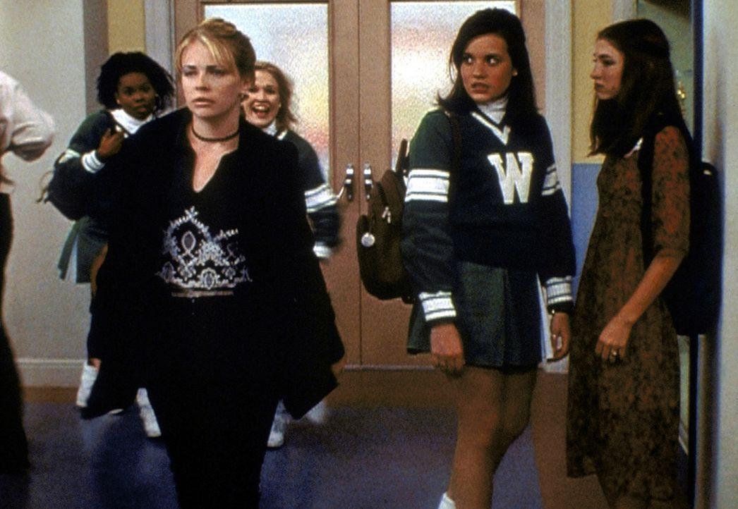Gefährliche Sonnenflecken haben Auswirkungen auf Sabrina (Melissa Joan Hart, l.): Sie nimmt Libbys (Jenna Leigh Green, 2.v.r.) Charakter an - und u... - Bildquelle: Paramount Pictures