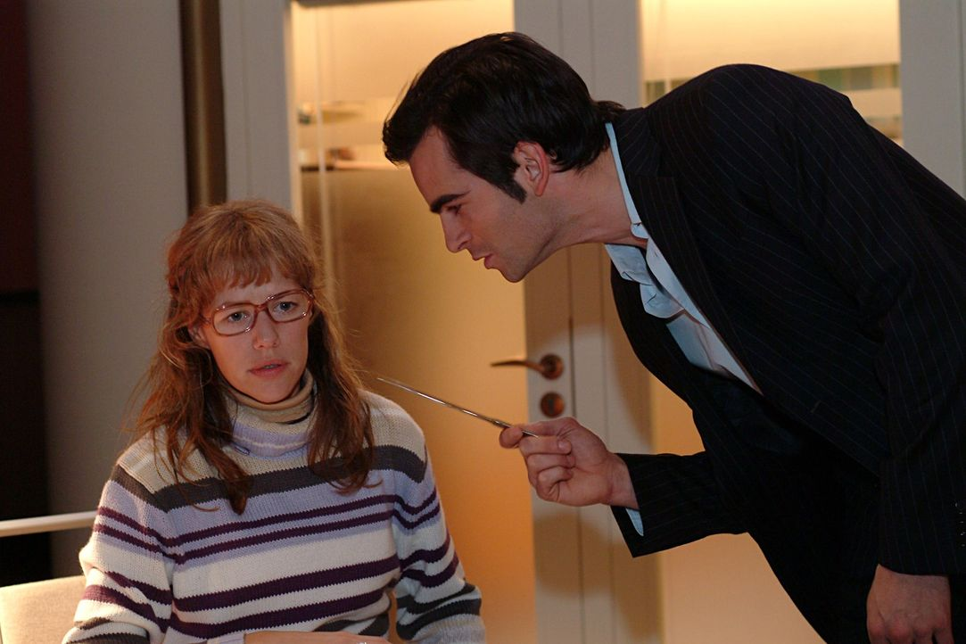 David (Mathis Künzler, r.) ist außer sich: Lisa (Alexandra Neldel, l.) hat sich den Diamantring angesteckt - und bekommt ihn nicht mehr ab! (Diese... - Bildquelle: Sat.1