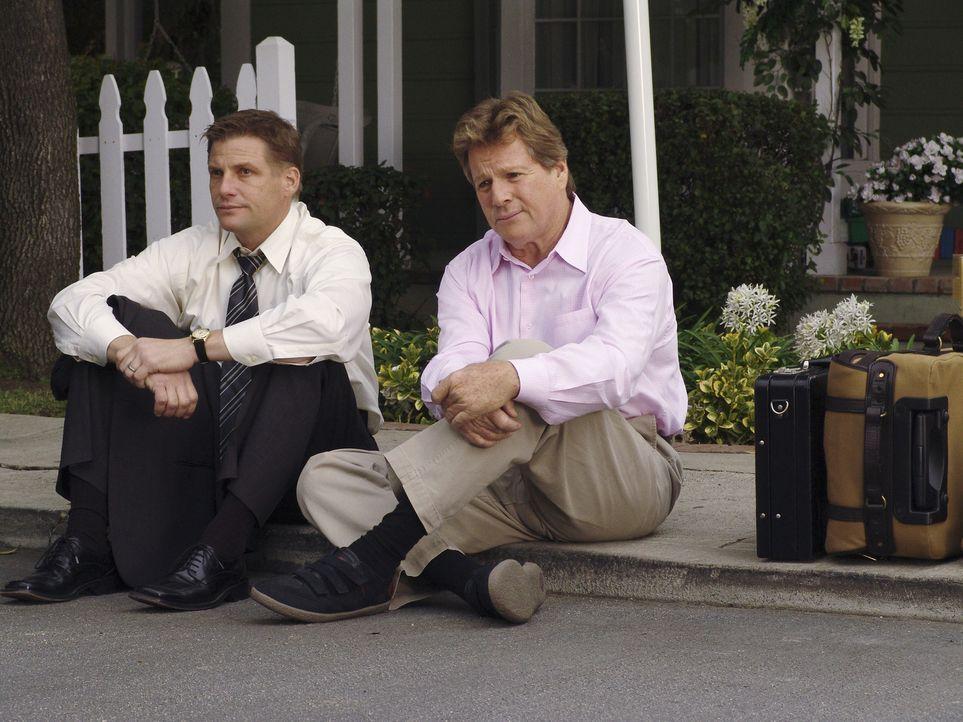 Nach all den Vorfällen setzt Lynette ihren Ehemann Tom (Doug Savant, l.) und ihren Schwiegervater Rodney (Ryan O'Neal, r.) vor die Tür ... - Bildquelle: Touchstone Television