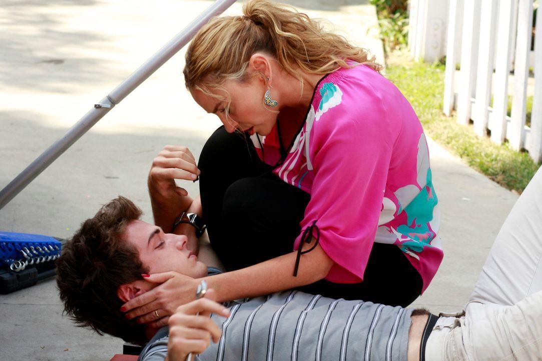 Nachdem Angie (Drea de Matteo, r.) Susan gestoppt hat, kümmert sie sich um ihren Sohn Danny (Beau Mirchoff, l.) ... - Bildquelle: ABC Studios