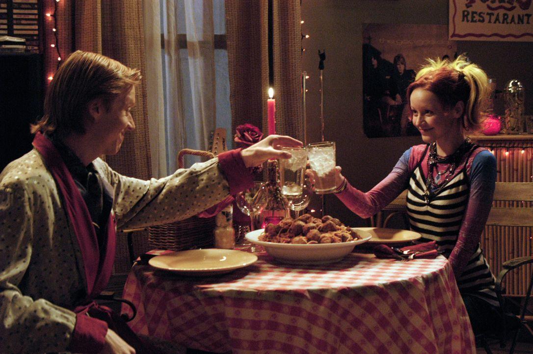 Ein romantischer Abend: Phil (Jay Paulson, l.) überrascht sein Pizzamädchen (Lindy Booth, r.) mit einem Candlelight-Dinner ... - Bildquelle: 2007 American Broadcasting Companies, Inc. All rights reserved.