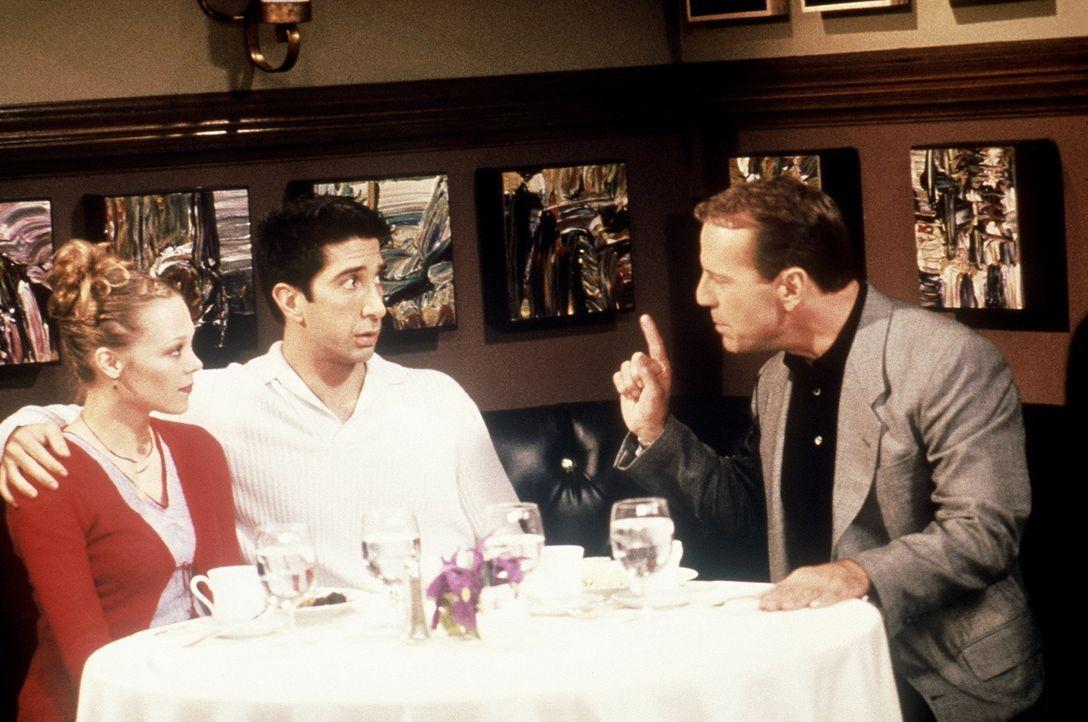 Ross (Davis Schwimmer, M.) hat das große Vergnügen, den Vater von Elizabeth (Alexandra Holden, l.), Mr. Stevens (Bruce Willis, r.), bei einem Dinn... - Bildquelle: TM+  2000 WARNER BROS.