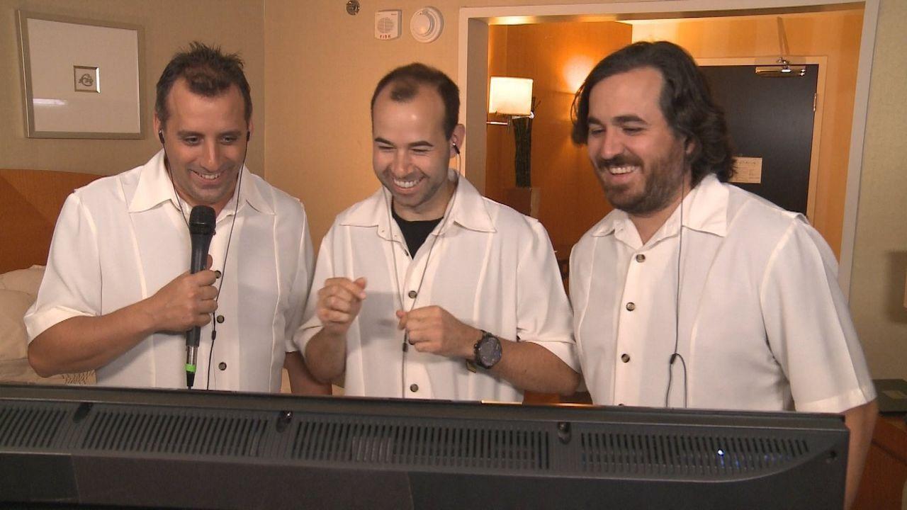 """Während sich Sal als Hotelpage zum Affen macht, freuen sich (v.l.n.r.) Joe, James """"Murr"""" und Brian """"Q"""" hinter der Kamera ... - Bildquelle: 2014 Warner Bros."""