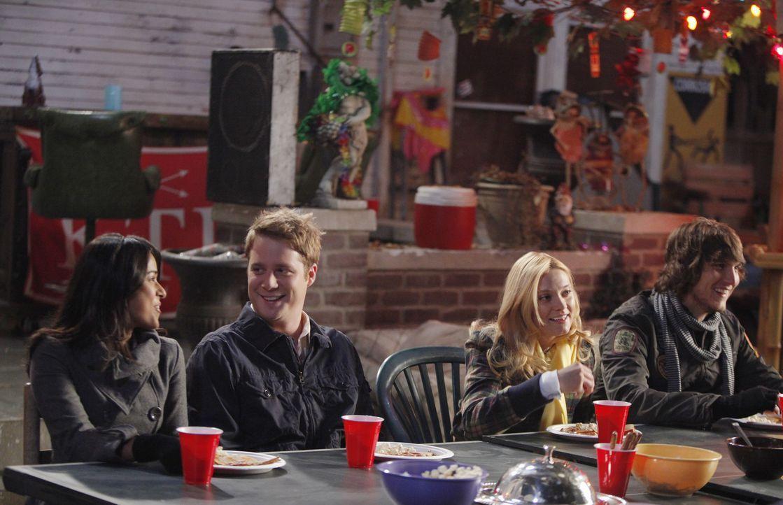 Während alle anderen nach hause gefahren sind, um mit ihren Familien Thanksgiving zu feiern, bleiben Rebecca (Dilshad Vadsaria, l.), Evan (Jake McDo... - Bildquelle: 2010 Disney Enterprises, Inc. All rights reserved.