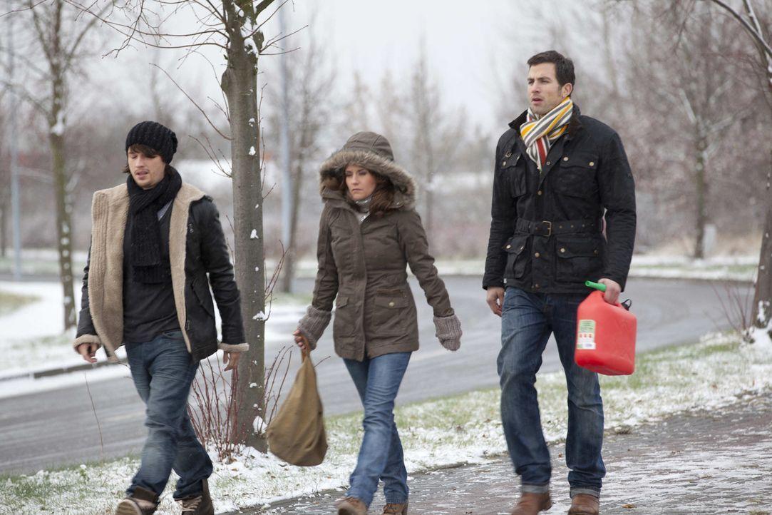 Auf der Suche nach Sophie, bleibt plötzlich der Bus stehen - Bea (Vanessa Jung, M.), Michael (Andreas Jancke, r.) und Ben (Christopher Kohn, l.) ma... - Bildquelle: SAT.1