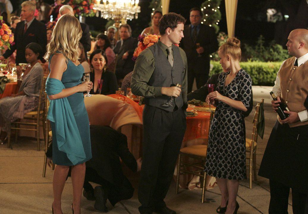 Taylor (Natasha Henstridge, l.) versteht ihren Verlobten einfach nicht mehr: Die Party ist voll im Gang und Eli fällt wieder einmal durch sein merkw... - Bildquelle: Disney - ABC International Television