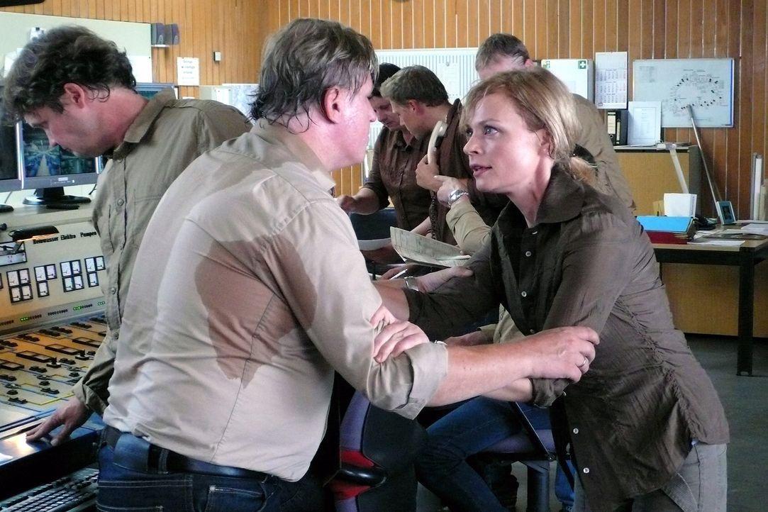 Martina (Susanna Simon, r.) versucht Kowalke (Arved Bierbaum, l.) davon zu überzeugen, dass die Pumpen abgestellt werden müssen, bevor es zu einer... - Bildquelle: Stephanie Kulbach Sat.1