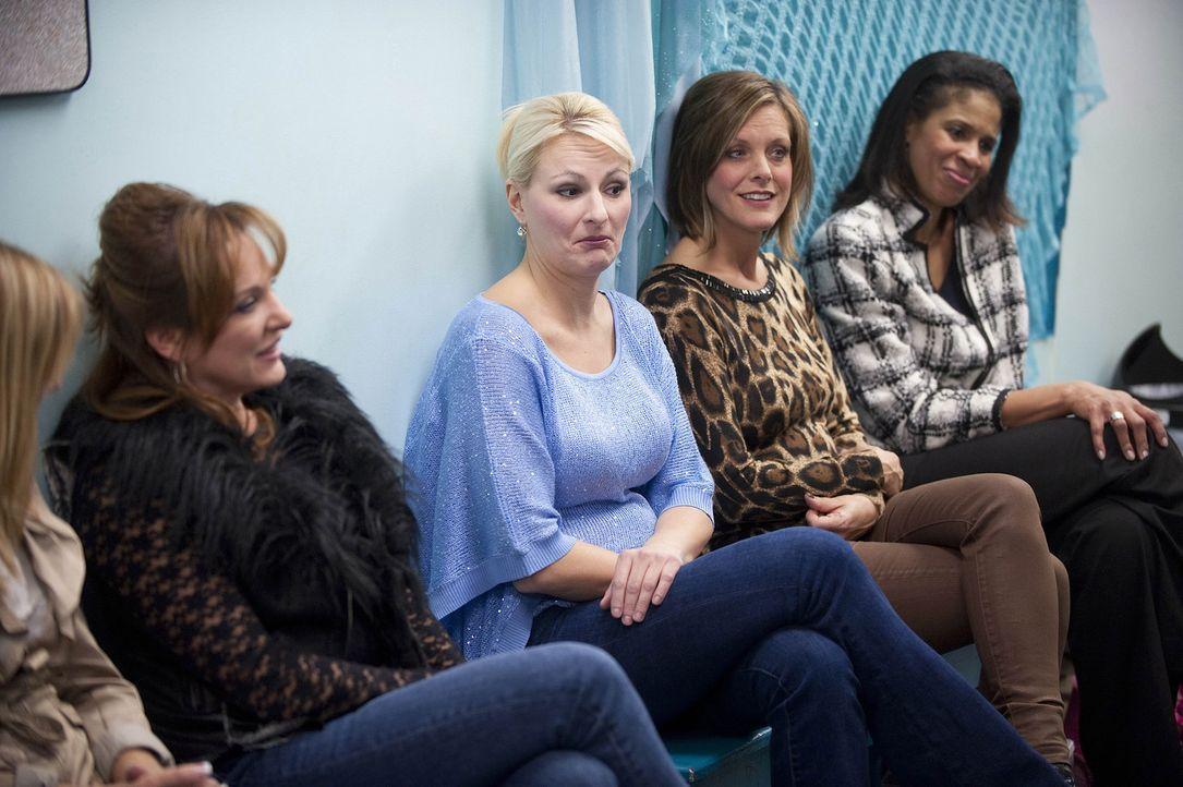 Eine Überraschung wartet auf die Dance Moms Jill (l.), Christi (2.v.l.), Kelly (2.v.r.) und Holly (r.) ... - Bildquelle: Scott Gries 2012 A+E Networks