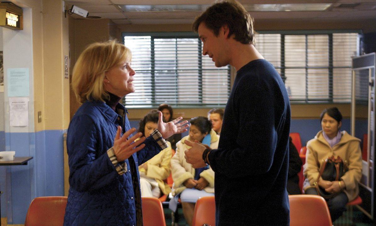 Ihr Sohn ist verschwunden: Abby's Mutter Maggie (Sally Field, l.) ist außer sich vor Sorge. Da sich Abby um einen lebensgefährlich verletzten Jung... - Bildquelle: TM+  2000 WARNER BROS.