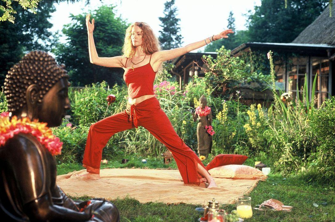 Heidi (Esther Schweins) hält sich fit durch Tai-Chi. - Bildquelle: Sat.1