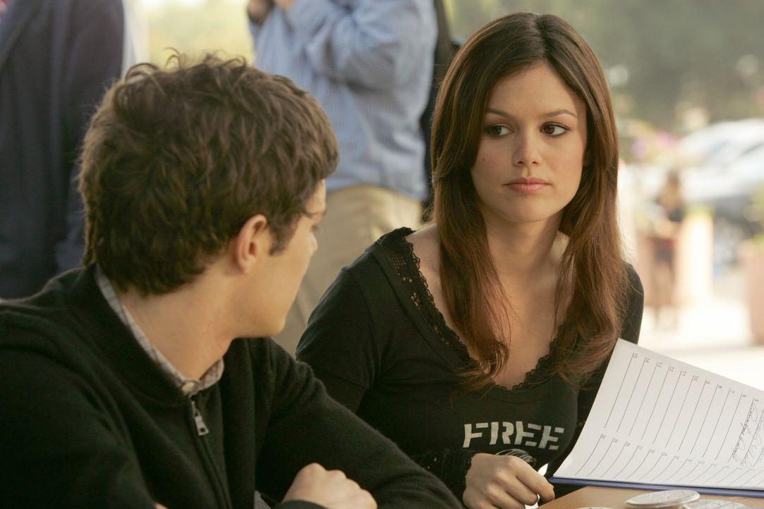 Ryan, Summer (Rachel Bilson, r.) und Seth (Adam Brody, l.) wollen dafür sorgen, dass Marissa an der Harbor High ihren Abschluss machen kann ... - Bildquelle: Warner Bros. Television