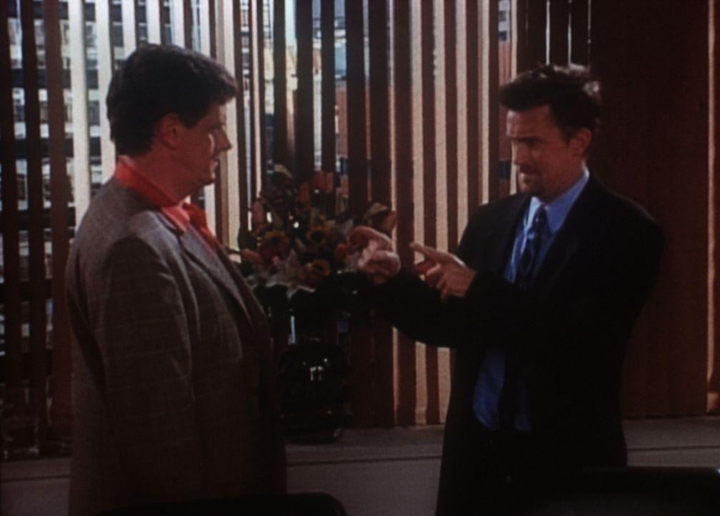 Chandler (Matthew Perry, r.) macht seinem Chef Doug (Sam MacMurray, l.) klar, dass ihm ein Lob für gute Arbeit völlig reicht. - Bildquelle: TM+  2000 WARNER BROS.