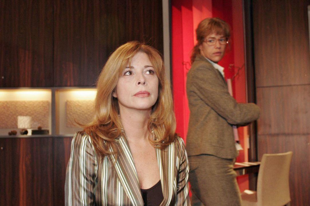 Lisa (Alexandra Neldel, r.) will von Laura (Olivia Pascal, l.), die sich große Sorgen um ihren Sohn macht, nichts über Davids Gefühle zu ihr hören.... - Bildquelle: Noreen Flynn SAT.1 / Noreen Flynn