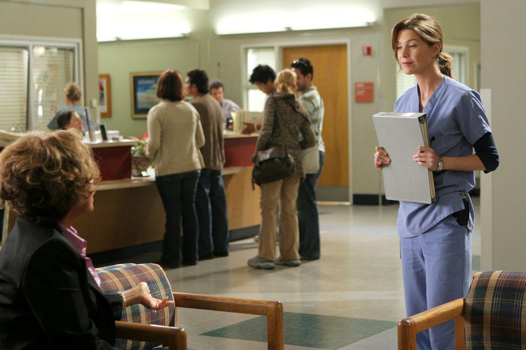 Cristina will auf keinen Fall mit Burkes Mutter (Diahann Carroll, l.) sprechen. Meredith (Ellen Pompeo, r.) versucht sie abzuwimmeln, doch muss sich... - Bildquelle: Touchstone Television
