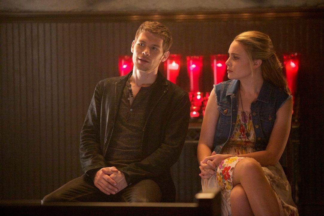 Klaus (Joseph Morgan, l.) findet immer mehr Gefallen an Camille (Leah Pipes, r.). Wird er dadurch seine eigenen Pläne zerstören? - Bildquelle: Warner Bros. Television