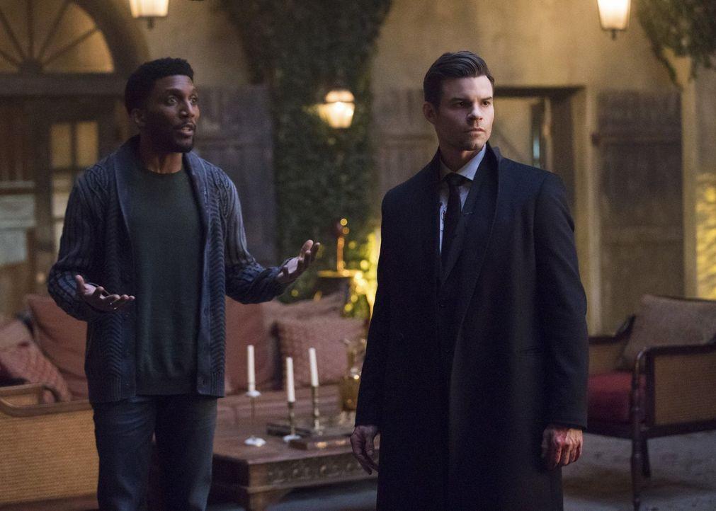 Während Vincent (Yusuf Gatewood, l.) glaubt, die dunkle Magie zu seinen Zwecken nutzen zu können, ist die Stimmung zwischen Elijah (Daniel Gillies,... - Bildquelle: 2016 Warner Brothers