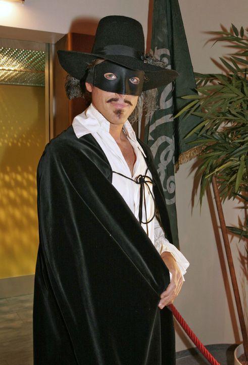 Lars van der Lohe (Clayton M. Nemrow) als Zorro - Bildquelle: Noreen Flynn SAT.1 / Noreen Flynn
