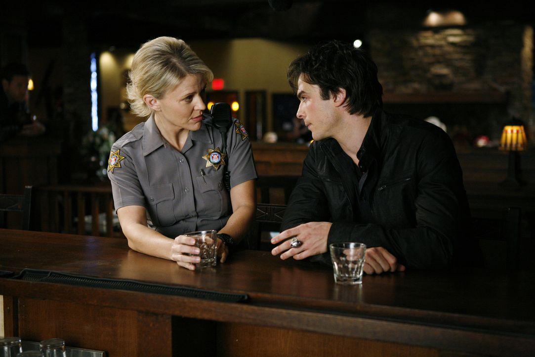 Sheriff Forbes (Marguerite MacIntryre, l.) bittet Damon (Ian Somerhalder, r.), sich als Bachelor zur Verfügung zu stellen ... - Bildquelle: Warner Bros. Television