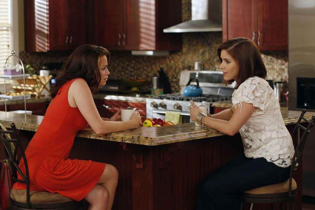 Brooke (Sophia Bush, r.) hat massive Probleme mit ihrer Mitbewohnerin und Haley (Bethany Joy Galeotti, l.) fühlt sich verantwortlich, da sie Brooke... - Bildquelle: Warner Bros. Pictures