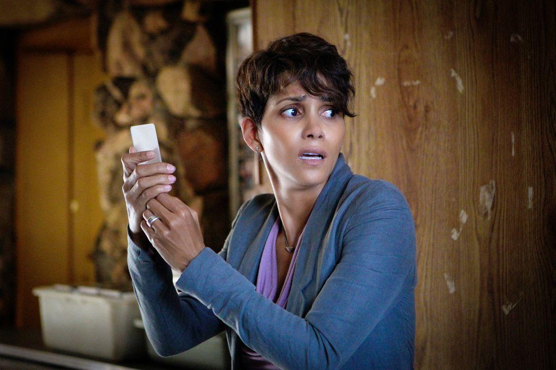 Frisch aus dem IESA-Hauptquartier entkommen, ist Molly (Halle Berry) immer noch in Gefahr. Kann ihr der mysteriöse Dr. Mason helfen, ihr Baby zu fin... - Bildquelle: Sonja Flemming 2014 CBS Broadcasting, Inc. All Rights Reserved