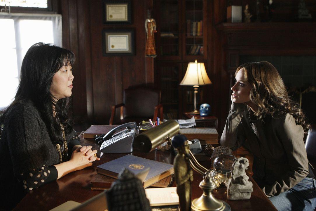 Neds Professorin Avery Grant (Margaret Cho, l.) wird von einem Geist heimgesucht. Sie bittet Melinda (Jennifer Love Hewitt, r.) um Hilfe. - Bildquelle: ABC Studios