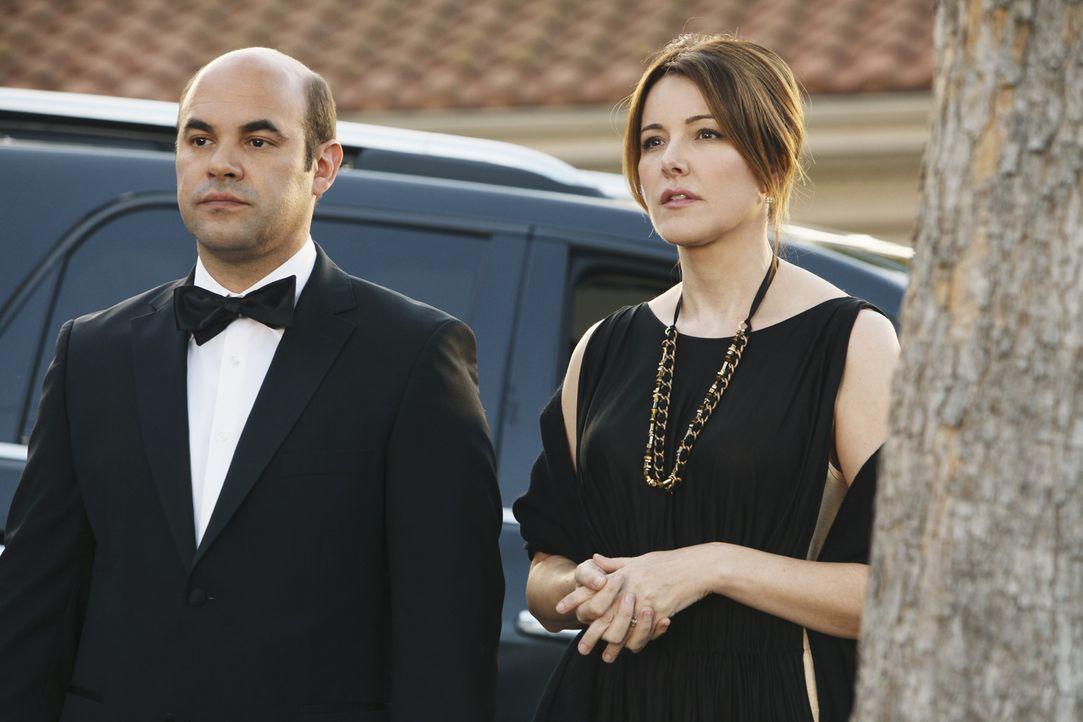 Andy (Ian Gomez, l.) schenkt Ellie (Christa Miller, r.) eine Nanny für ihren Sohn Stan, dadurch gerät sie fürchterlich unter Druck, da sie glaubt... - Bildquelle: 2009 ABC INC.