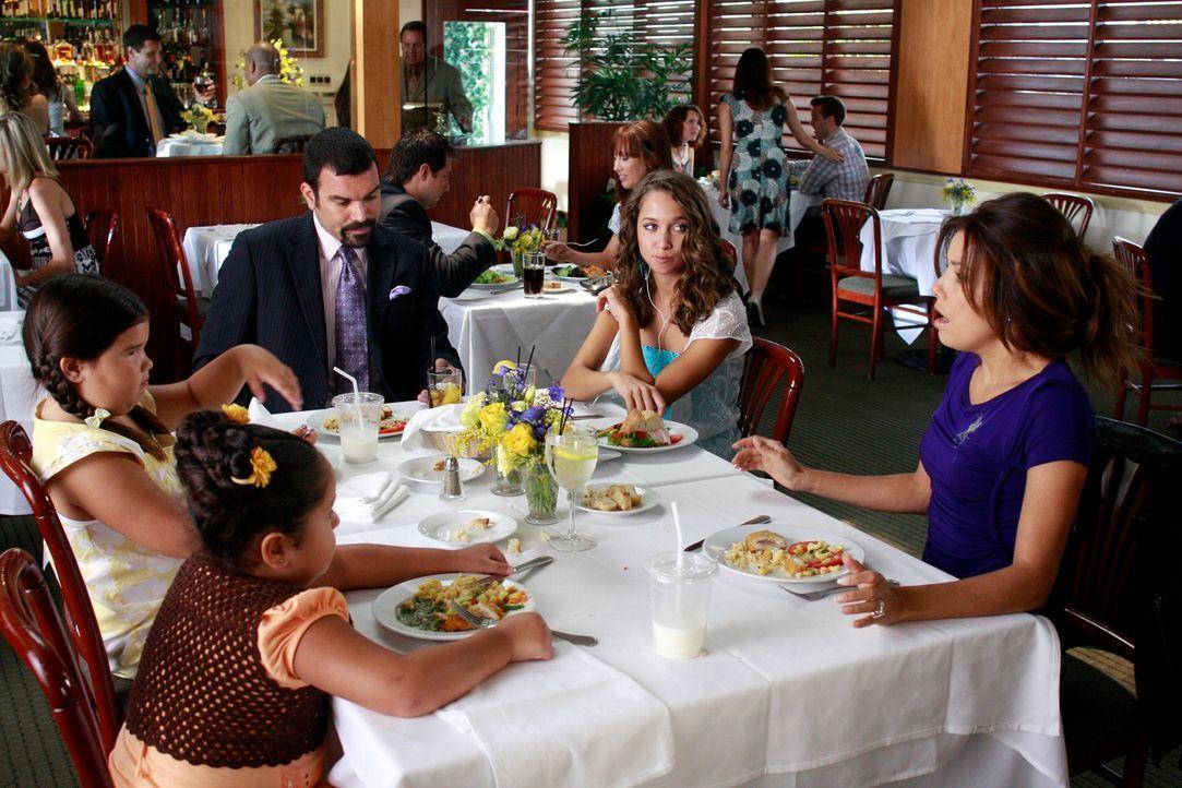 Bei einem gemeinsame Essen von Gabrielle (Eva Longoria, r.), Carlos (Ricardo Antonio Chavira, M.), Ana (Maiara Walsh, 2.v.r.), Juanita (Madison De L... - Bildquelle: ABC Studios
