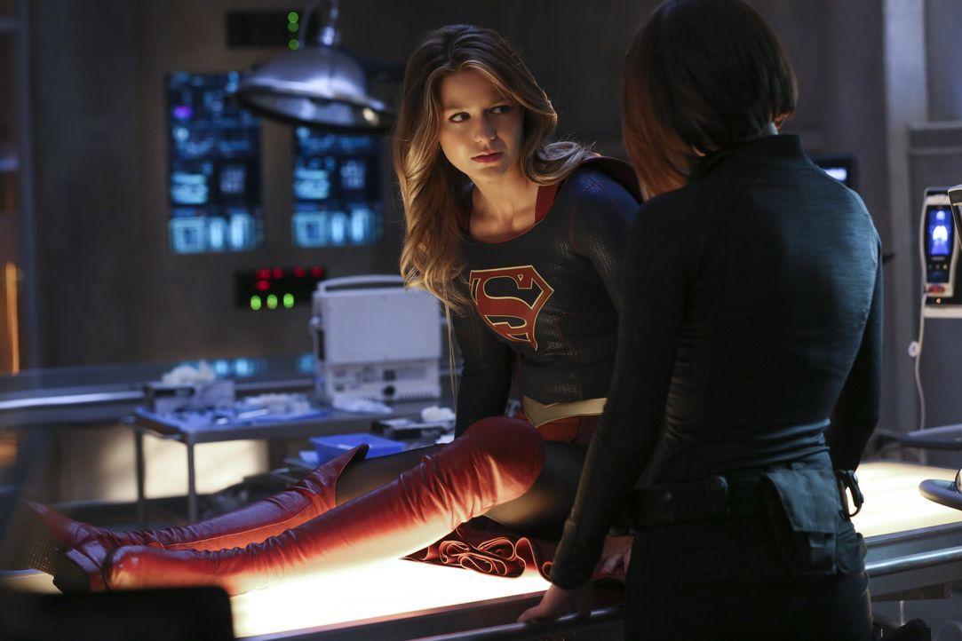 In einer ihrer schwersten Stunden kann Kara alias Supergirl (Melissa Benoist, l.) auf die Unterstützung ihrer Schwester Alex (Chyler Leigh, r.) zähl... - Bildquelle: 2015 Warner Bros. Entertainment, Inc.