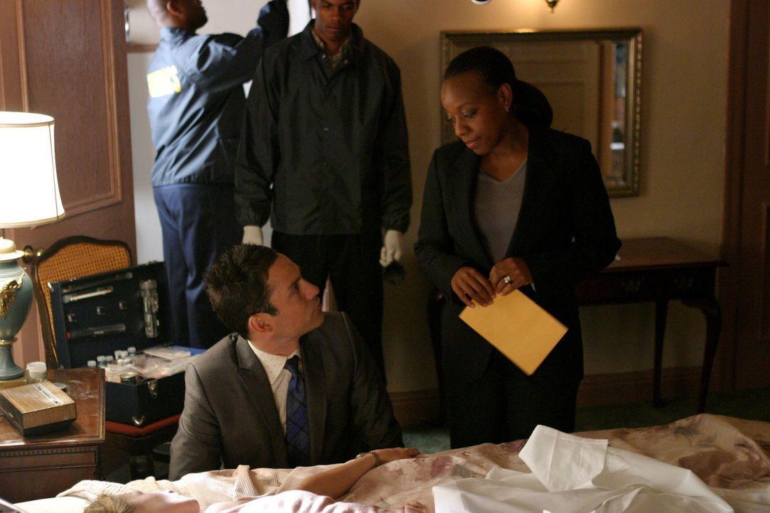 Vivian Johnson (Marianne Jean-Baptiste, r.) und Danny Taylor (Enrique Murciano, l.) untersuchen die Leiche einer jungen Frau. Handelt es sich hierbe... - Bildquelle: Warner Bros. Entertainment Inc.