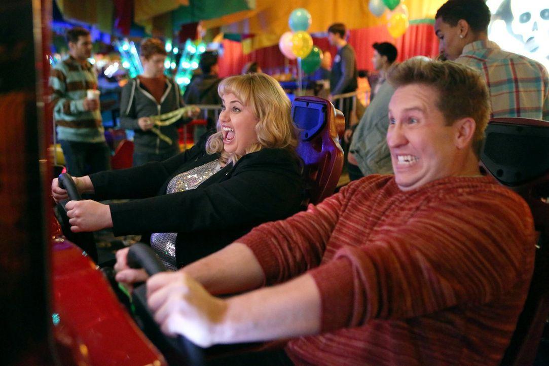 Scheinen eine Menge Spaß zu haben: Kimmie (Rebel Wilson, l.) und James (Nate Torrence, r.). Doch ist er wirklich der Richtige für sie? - Bildquelle: Warner Brothers