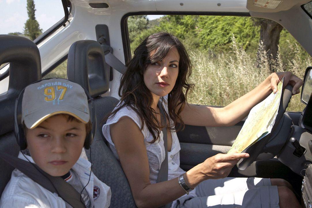 Im Jeep macht sich Claudia (Bettina Zimmermann, r.) mit ihrem Sohn Timmy (Jannis Michel, l.) auf die Suche nach Thomas. - Bildquelle: Sat.1