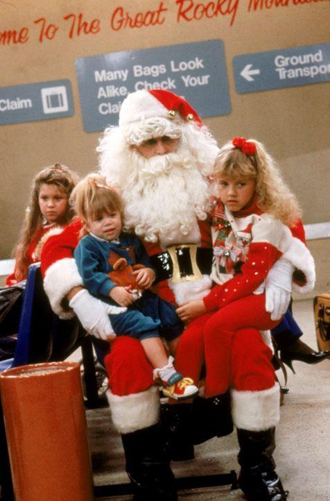 Für das weihnachtliche Familienfest machen sich die Tanners auf den Weg nach Colorado und plötzlich erleben D.J. (Candace Cameron, l.), Michelle (Ma... - Bildquelle: Warner Brothers Inc.