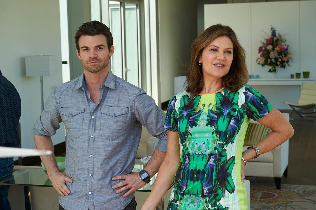 Kann Joel (Daniel Gillies, l.) Dana (Wendy Crewson, r.) überzeugen, einem entstellten Mann zu helfen? - Bildquelle: 2012  Hope Zee One Inc.